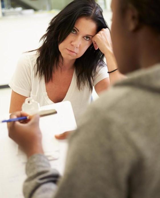 Консультант по алкоголю может помочь пациентам преодолеть психологическое влечение к алкоголю.