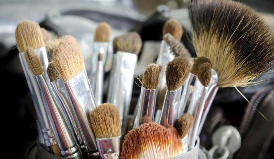 Некоторые чистящие средства для макияжа предназначены для кистей из натуральных волокон.