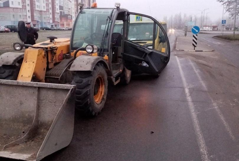 В Пинске микроавтобус «Рено» столкнулся с попутным погрузчиком