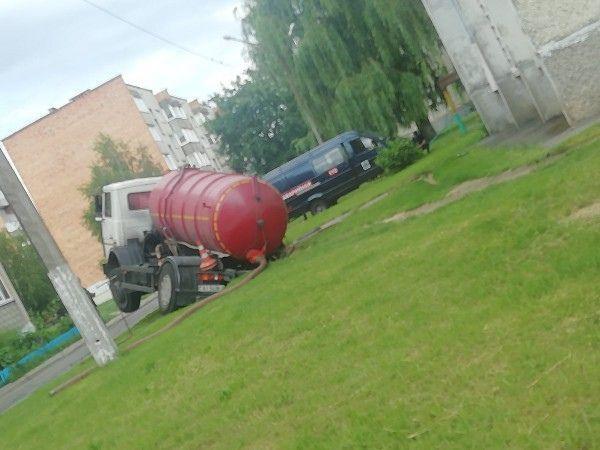 В Пинске автомобиль ассенизаторов провалился туда, откуда откачивал кое-что