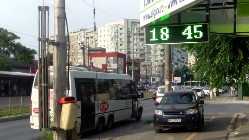 Autobuz de pasageri merge cu uşile deschise