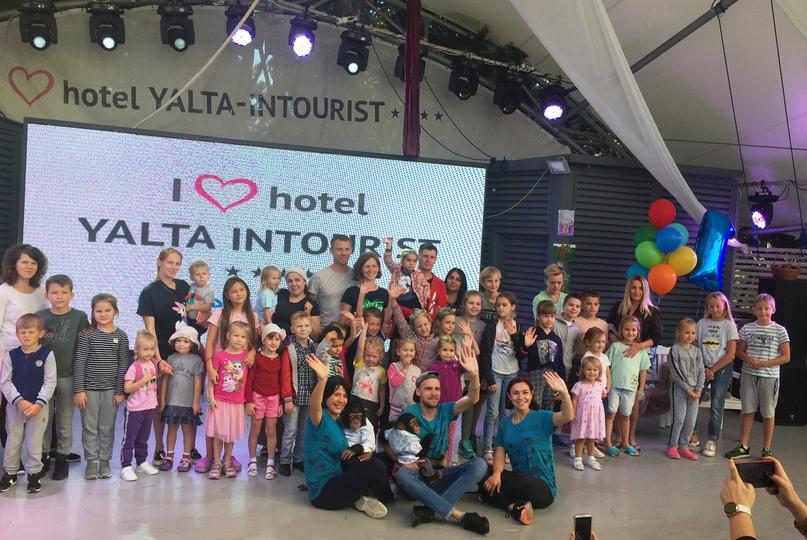 В Отеле Yalta Intourist отпраздновали День рождения шимпанзе Цезаря