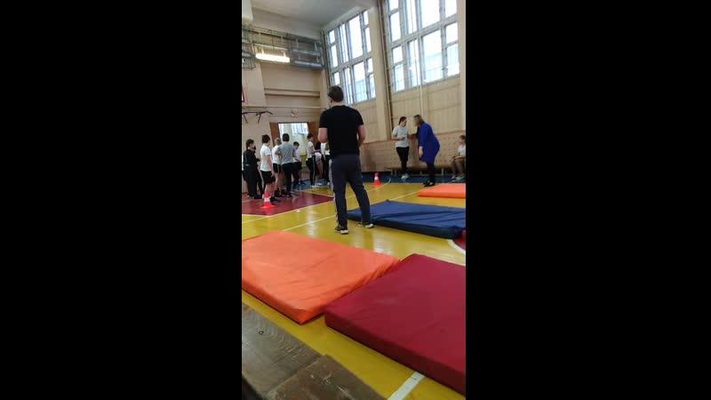Наши однаклассники участвуют в школьном соревнование