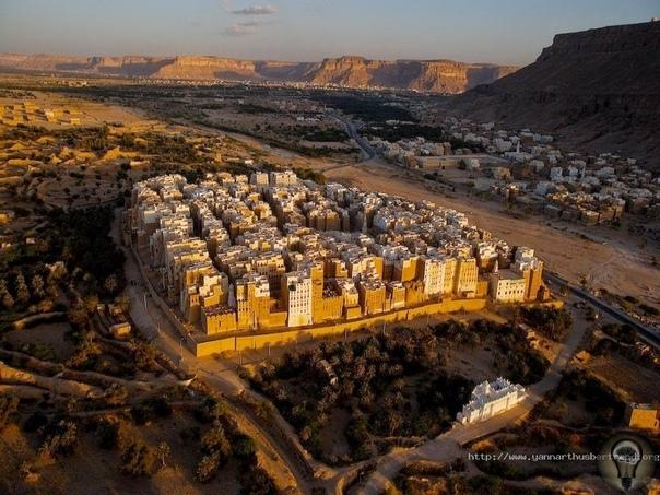 Шибам-настоящие небоскребы в пустыни.