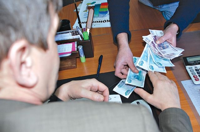 В КЧР директор колледжа устроил женщину к себе на работу за 200 тысяч рублей