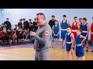 Боксёр Денис Лебедев проводит мастер-класс для детей