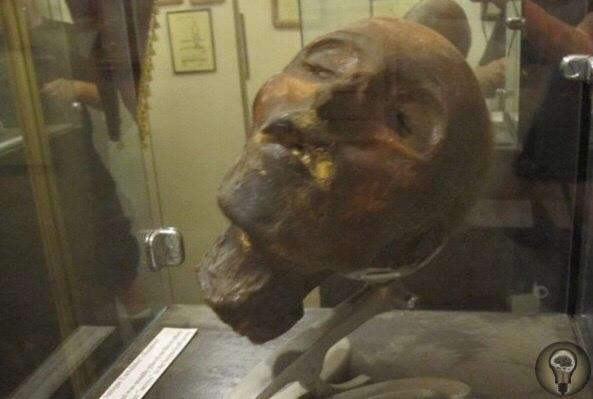 Отрубленная голова Анри Дезире Ландрю выставлена в Музее смерти в Голливуде.