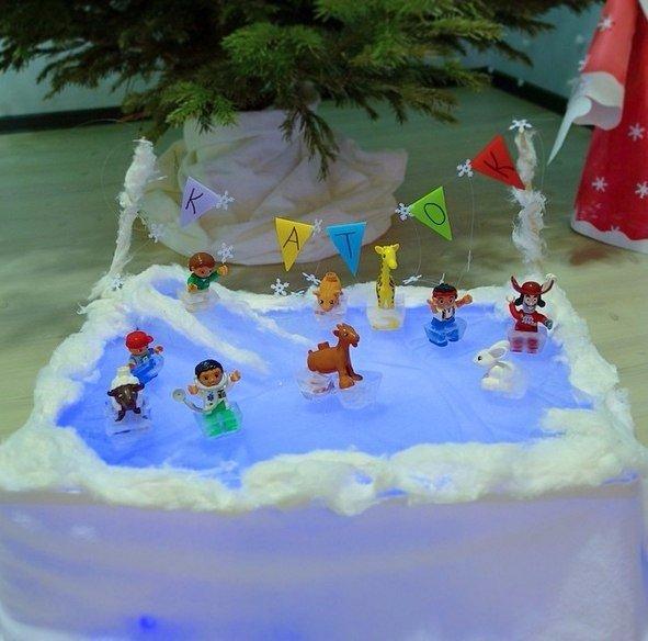 ЗИМНИЕ ПОДЕЛКИ ДЛЯ ДЕТЕЙ. КАТОК ДЛЯ ИГРУШЕК Делаем каток для игрушек. Игрушки ставим в одноразовые стаканчики или формочки для льда, наливаем немного воды, замораживаем. Для катка подойдет