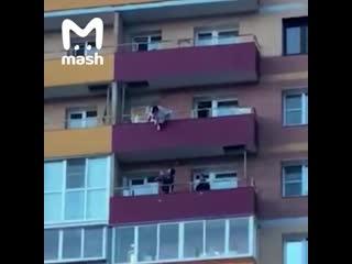 В Иркутске мужчина поймал соседку, решившую прыгнуть с балкона