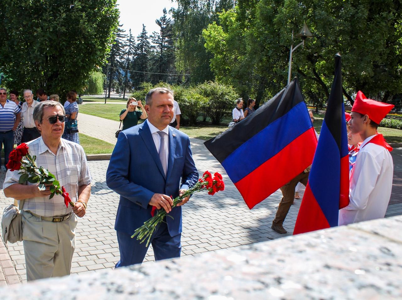 Дончане возложили цветы к мемориальным доскам Василию Миронову и Владимиру Спицыну
