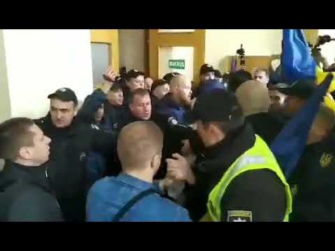 У Черкасах поліція побилася з активістами через прапор України