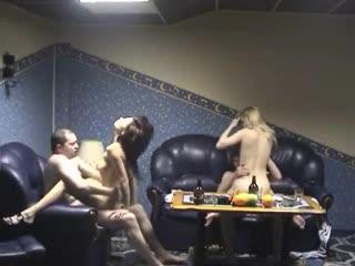 Вызвали двух проституток в сауну ( групповуха частное скрытая камера group home video домашка шлюхи мжмж