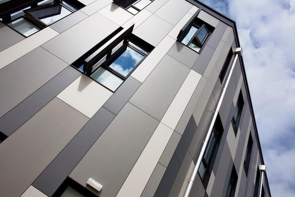 На фото представлен вентилируемый фасад из фиброцементных плит