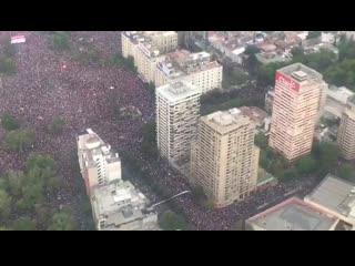 В столице Чили Сантьяго 1,2 миллиона человек вышли на акцию протеста. Все началось с повыш