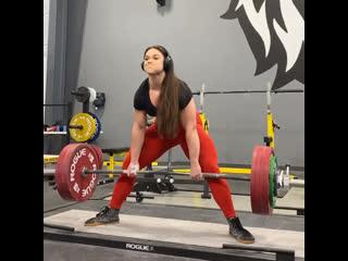 Аманда Лоуренс тянет 252,5 кг