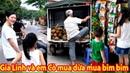 Chị Cúc dẫn Gia Linh và em Cò ra cổng trường Đại Học Công Nghiệp mua bim bim nước dừa