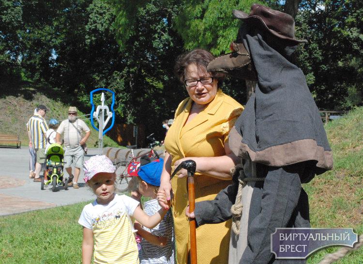 История оживала сегодня возле археологического музея Берестье