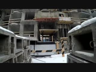 Как крановщик поднимается на кран. how does a crane operator climb a tower crane