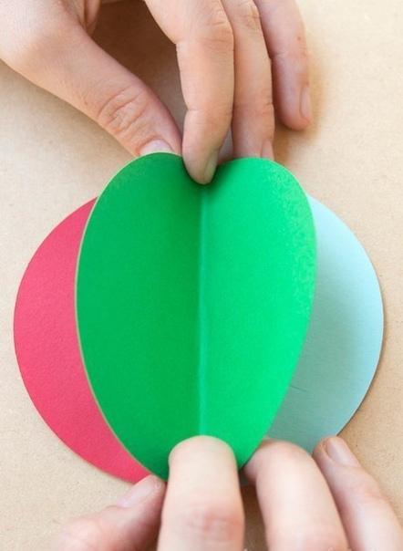 ГИРЛЯНДА С БУМАЖНЫМИ ВОЗДУШНЫМИ ШАРАМИ. Для работы нам понадобится:- цветная бумага (можно купить упаковку бумаги для ксерокса, там как раз такие сочные цвета)- ножницы- клей для бумаги-