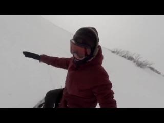 Сноубордистка случайно сняла погоню огромного медведя.