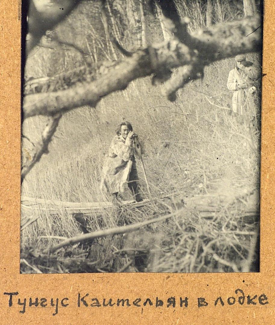 Охотник Коительян в лодке. Эвенки (тунгусы). Омская область, Тарский район. 1926. № 3542-3.