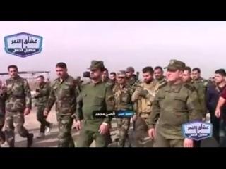 Бригадир Сухайл Аль-Хасан Аль Нимр осматривает конфискованное вооружение террористических организаций