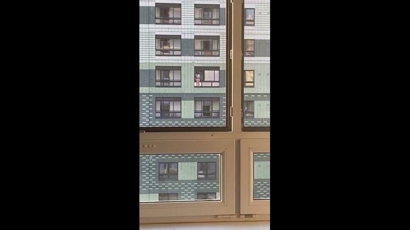 Молодые люди играют в окне