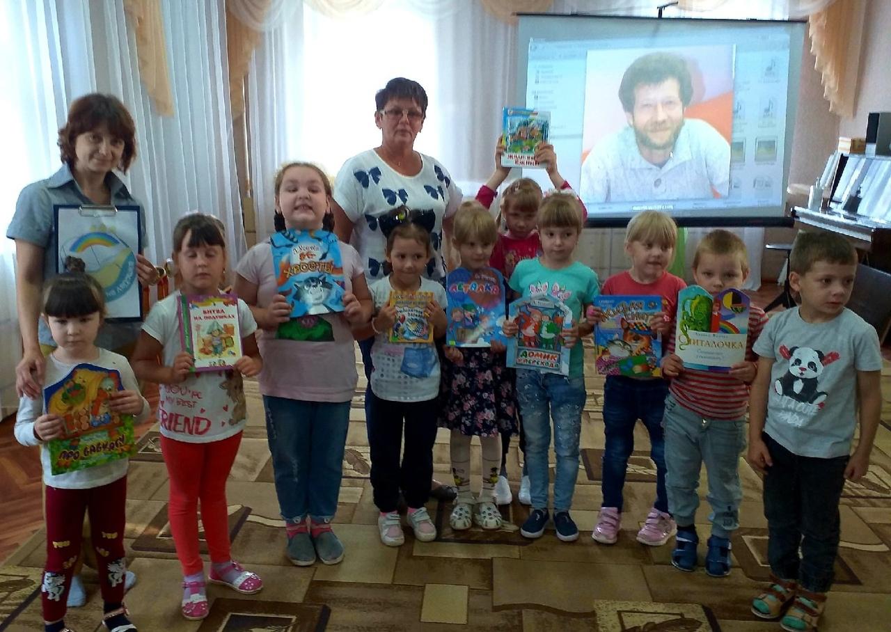 Петровские библиотекари участвуют в международной акции «Книжка на ладошке»