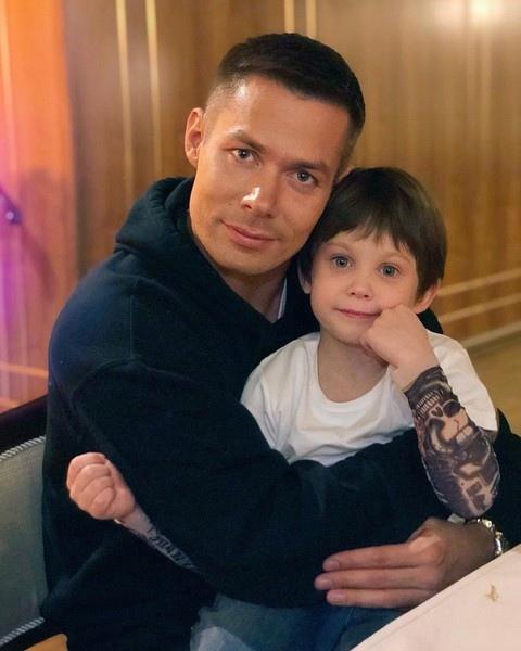 Стало известно, что 7-летнего сына Стаса Пьехи жест*ко изб*ли: Сейчас же наследник певца проходит обследование в одной из клиник Санкт-Петербурга. Врачи уже зафиксировали у мальчика закрытую
