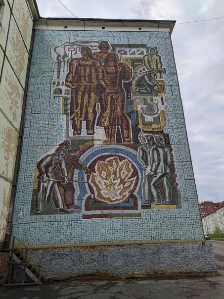 Мозаичные панно на улице Комсомольская в Норильске...