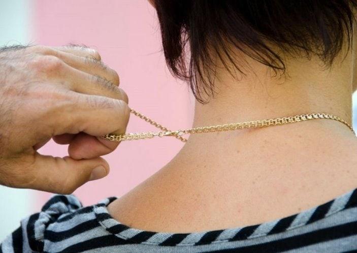 В Омске у продавца киоска второй раз срывают одну и ту же золотую цепочку