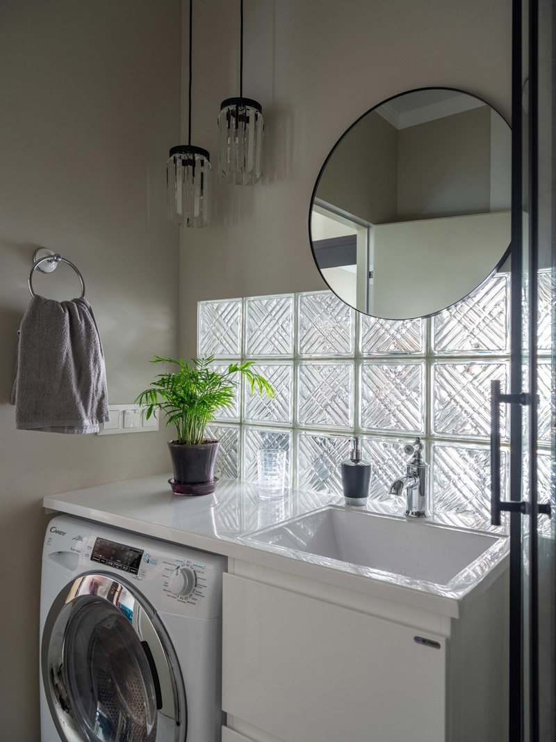 Как вам идея: кухонный фартук из стеклоблоков = окно в санузле?