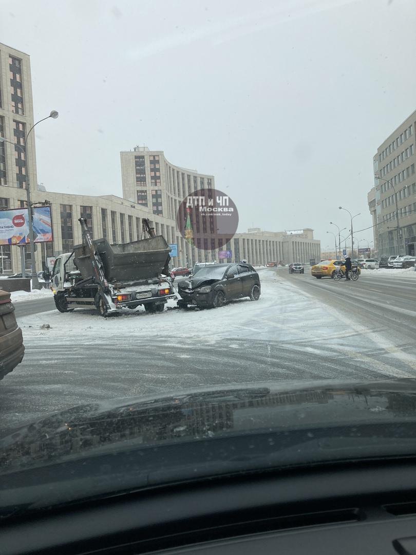 На улице Маши Порываевой сломали мусоровоз. 13:00. Все живы.