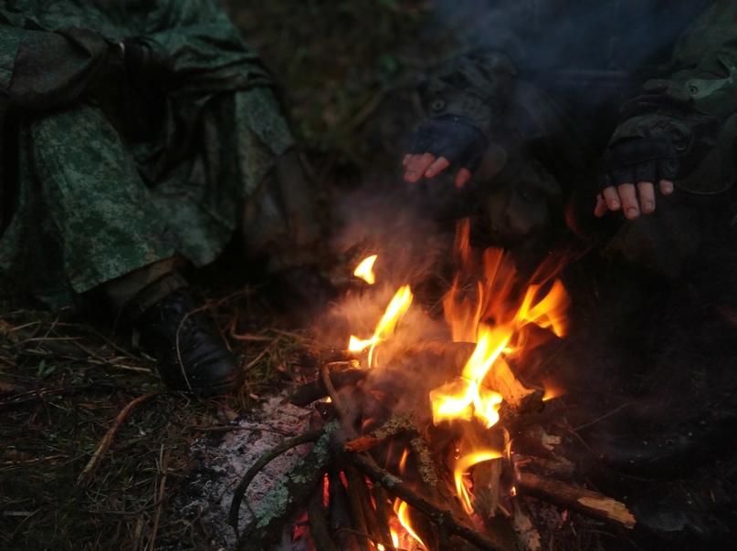 Бойцы согреваются возле живительного костра