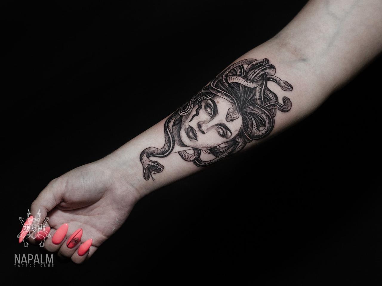 Татуировка в стиле графика