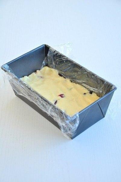 Шоколадные батончики со сгущёнкой, орехами и клюквой Ингредиенты:Белый шоколад 200 гКокосовая стружка 200 гСгущенка 200 г Сок половины лимонаСушеная клюква горстьМиндаль горстьФундук