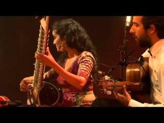 """Anoushka Shankar - """"Traveller"""" Live @ Festival Les Nuits de Fourviere, France Анушка Шанкар, дочь знаменитого индийского музыканта Рави Шанкара, как и отец, оказалась совершенно гениальным игроком на ситаре. В этом концерте она смешала классичес"""