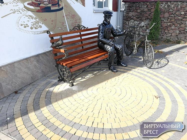 У Газоаппарата прикольный арт-объект - мужик сидит на лавочке с велосипедом и голубем