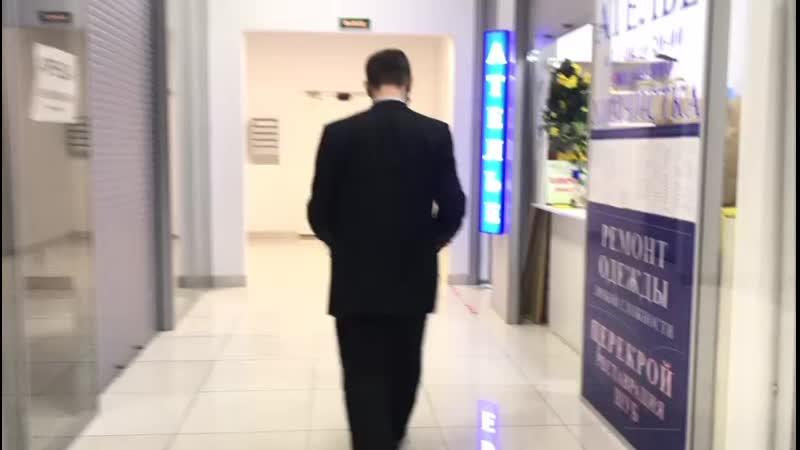 Зорро Катя Кода идёт с сотрудниками ТК к просмотру камер видеонаблюдения