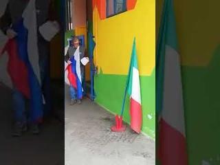 «Спасибо Россия! Спасибо Путин» — итальянцы сворачивают флаг ЕС и разворачивают флаг РФ
