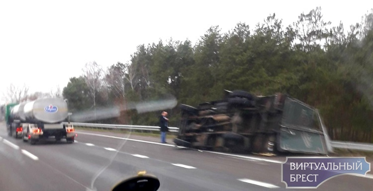 На трассе М1 лёг на бок грузовик Белалко, груз вывалился на обочину