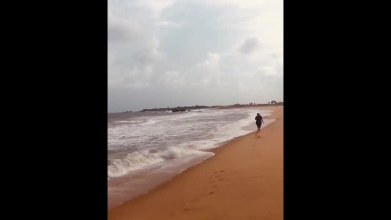 Саша Зарицька біля океану на Шрі-Ланці